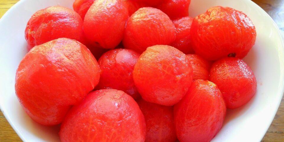 pomodori pelati in scatola latta